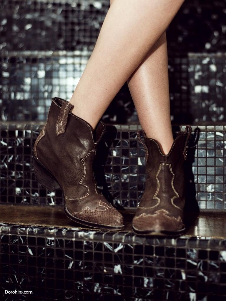 обувь в ковбойском стиле на девушке