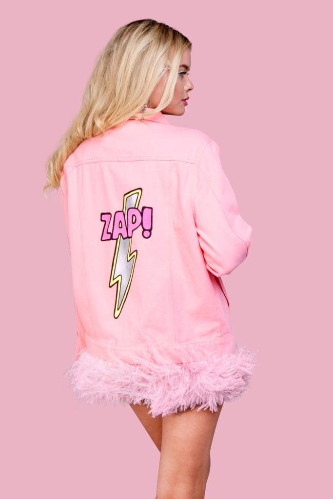 джинсовая куртка с розовыми перьями
