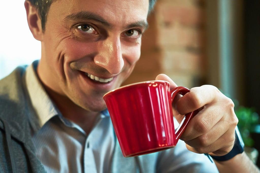 Утопия 60 минск_мужчина пьет кофе