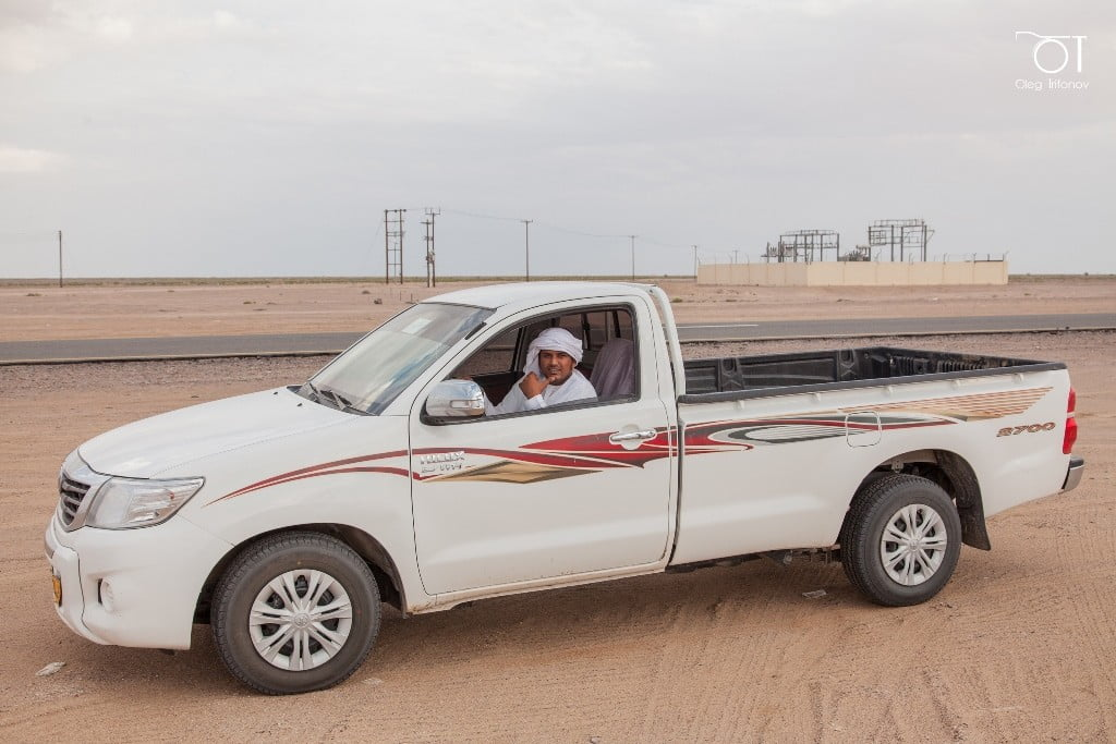 транспорт аравийского полуострова_люди в пустыне_Nissan Navara