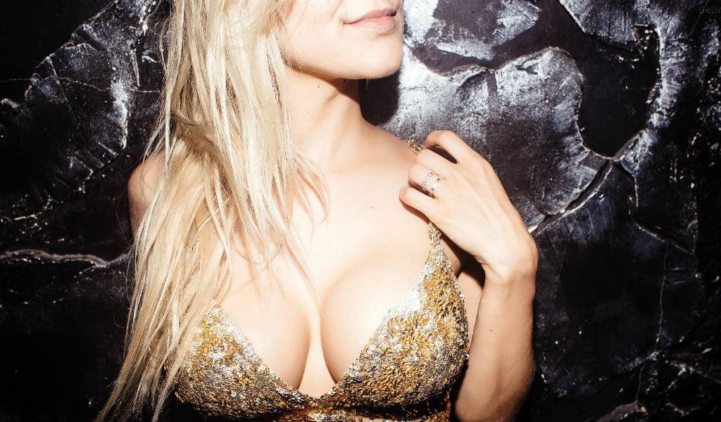 blondinka-silikonovoy-grudyu