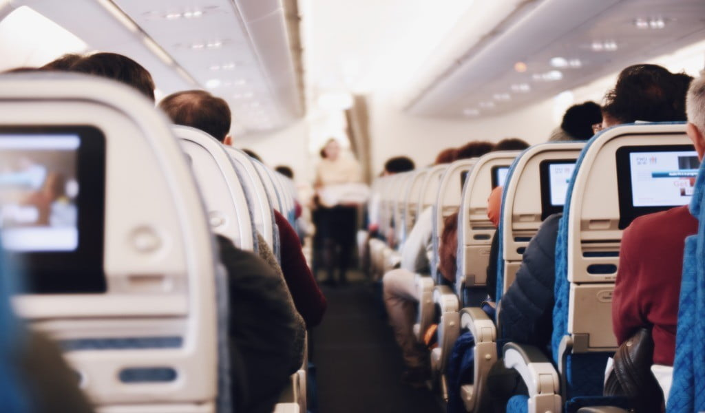 Пассажиры самолета_интерьер самолета_профессия инженера самолета