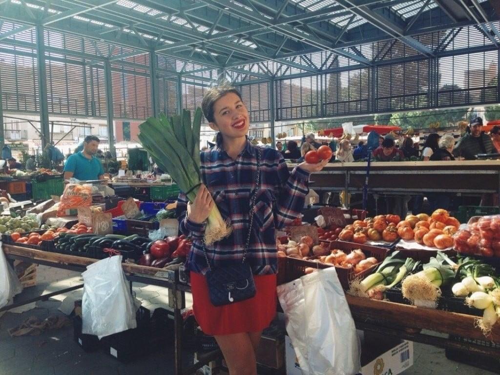 Повар в ресторане_работать в Нью-Йорке_работать в Париже_рынок с фруктами