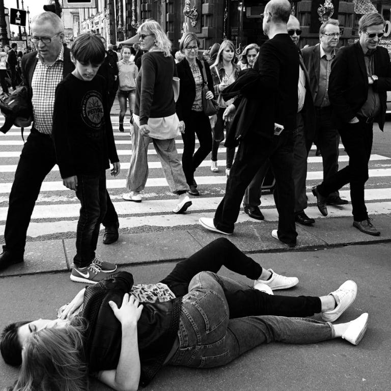 Street Love_пара целуется на асфальте
